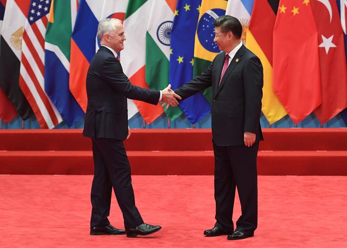 Prime Minister Malcolm Turnbull shakes hands with President Xi Jinping before the G20 leaders' family photo in Hangzhou on September 4, 2016. Source: Getty Images